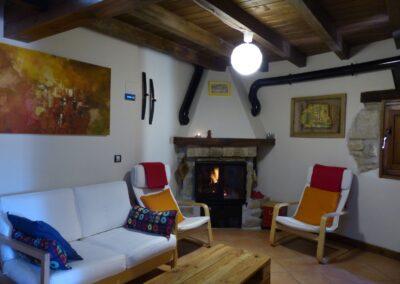 Salón-con-chimenea-Casa-Chusepon-en-el-Pre-pirineo-Aragonés-2-scaled